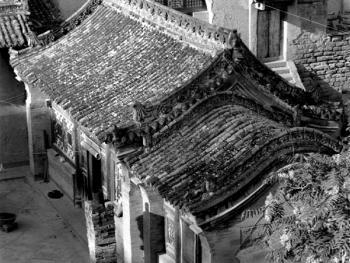 中院两侧的建筑为厢房,图为东厢房及耳房的屋顶