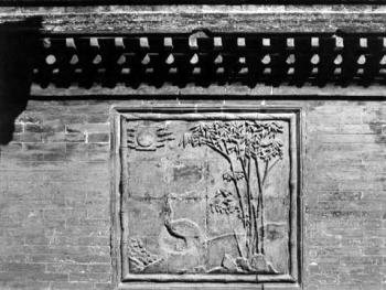 垂花门一侧的护墙浮雕