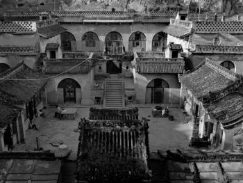 窑洞是中国西北部地区分布最为广泛的一种民居建筑形式。图为地处陕北高原的一座建于一百多年前规模宏大的窑洞建筑群