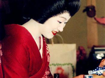 这是一张艺妓在宴会上的照片,展示了她头上戴的假发和发饰。舞姬是不戴假发的