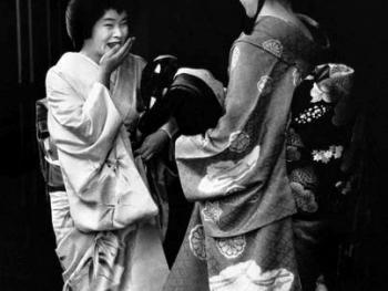 茶室外面的艺妓和舞姬。艺妓的和服、木屐和发式与学徒舞姬有明显区别