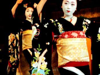两个舞姬表演传统舞蹈