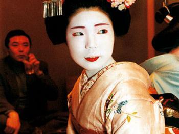 宴会上的舞姬喝传统的日本米酒,玩游戏,聊天