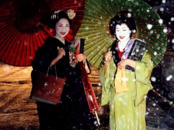 这是雪夜中的艺妓和舞姬,她们刚参加完在吉恩的宴会。吉恩是日本京都著名的艺妓区