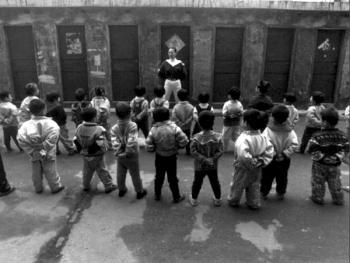 2.早上的第一件事是做操,孩子们在老师的教导下,正逐步地遵守纪律。
