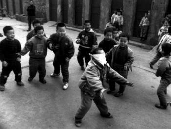 3.捉迷藏是孩子们最爱玩的一种游戏。