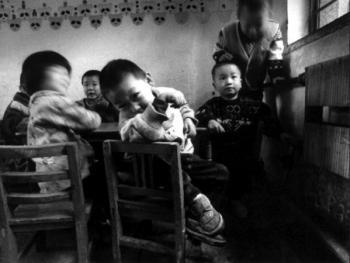 6.在幼儿园中,孩子们有时会像大人在办公室里一样,无所事事。