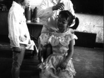 9.爱美是女孩子的天性,午睡后什么也不做就等老师帮忙梳头。