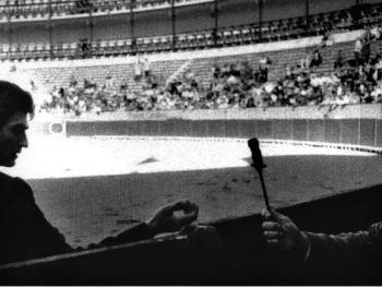 8.斗牛中决定性的时刻。斗牛士手握剑,脸上带着紧张的表情。