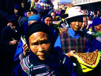 迎大香的队伍中,最引人注目的是这些虔诚的老妇