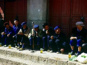 迎大香是阳宗镇最为盛大的节日,一大早,村民们就等待着迎大香的队伍