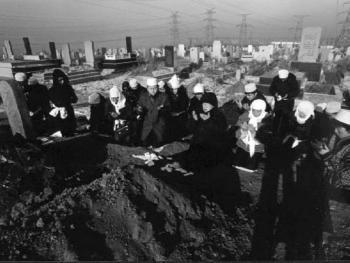 """10.封墓后,女儿和亲属们面向亡人之墓跪经封""""海得叶"""",由阿訇念古兰经,之后与阿訇集体结""""都阿""""祈祷。"""