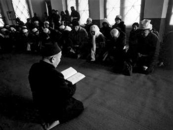 """2.在女阿訇为亡人动水的同时,儿女和亲属们在清真寺大殿上跪经,阿訇为亡人念""""托哈""""。"""