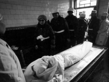 3.跪经后,儿女和亲属们到埋宜台房间苫面(向遗体告别)。