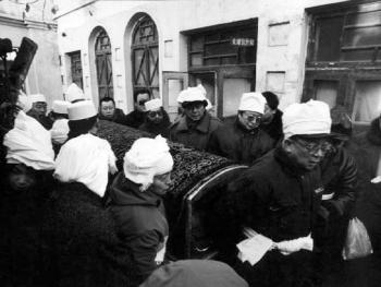 4.亲属们告别埋宜台后,由长子在埋宜台经匣到清真寺大殿前。