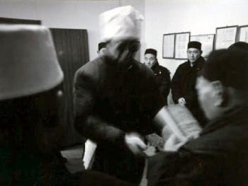 6.送亡人去回族墓地之前,儿女们在清真寺请阿訇为亡人传经。