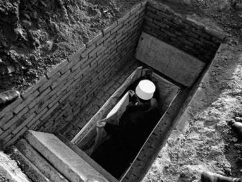 """7.在回族墓地,阿訇为亡人墓穴挂""""海可""""。"""