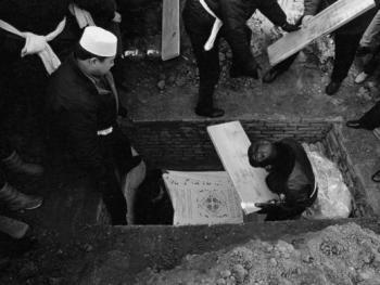 """9.阿訇和亡人的亲属在为""""埋宜台""""下葬后做最后的封墓(盖板)。"""
