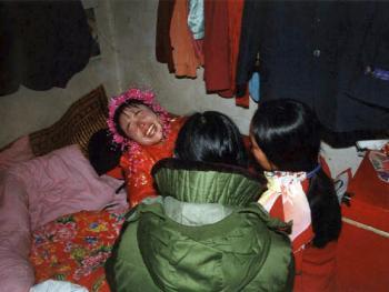 4.阴阳先生卜算的发嫁时间到了。新娘要开始哭嫁。哭的越伤心越好,表示不忘父母的养育恩。