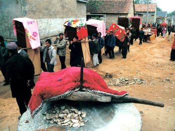 9.在迎亲的队伍经过的路上。磨要用被子或席盖上。民间传统,新娘结婚当日不能撞见磨。