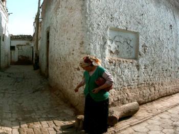 喀什噶尔民居街巷。铺有条形砖的巷子是死胡同;铺有六棱方砖的巷子是活巷,活巷无论怎样蜿蜒总能通向大道