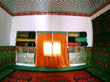 维吾尔居民有睡土炕的习惯。该图为农村普通民居中的大炕陈设