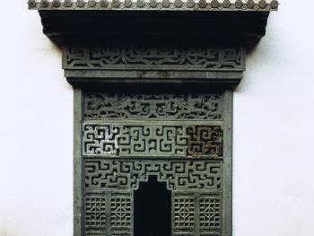 """10.镶嵌于大门正对照壁中央的""""福祠"""",用于祭拜土地神的"""