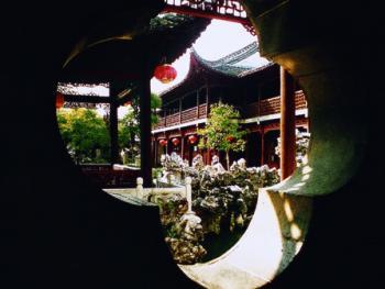 """11.扬州巷内古宅中的""""借景""""建筑手法是中国建筑中的一绝"""