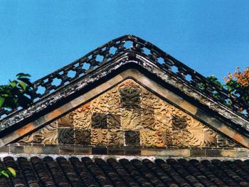 """9.具有扬州特色的古老房顶墙面上的""""风吹牡丹图""""砖雕"""