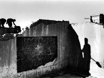 砖块。阿富汗的男人们从一所学校里清除脱落的砖块,用以修建屋墙。