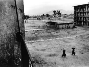 会场。难民们离开了他们前段时间曾居住过的会场,回到了他们在Shamali平原的村庄。