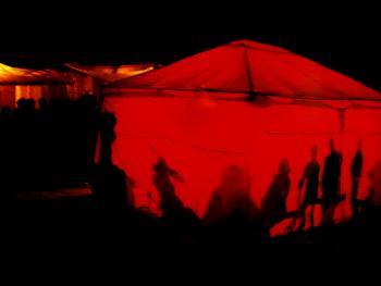 03.自编自演自乐班。自乐班,就是由村民们自发组织,自愿参加,不以赢利为目的的文艺文化活动。节目以当地群众喜闻乐见的形式,自编自演自唱,内容包括秦腔、眉户、快板、小品、皮影及其它节目,在农村空场地或集镇的街头巷尾搭起棚子,即可演出,观者如云,在当地演出时,乡亲们倾其所藏招待演出人们,呈现出一派热闹、繁荣、歌舞升平的局面。摄于2001年春,陕西洛南。