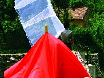 09.嫁女娘把蚊帐陪。陕西南部气候类似江南,水多土肥有种水稻的习惯,所以造成蚊虫成灾,而且蚊子又大又猛,自古以来,农人不管家境贫富与否,都要在女儿出嫁时陪上一条上好的双人蚊帐,用杆子顶着走在送亲队伍的最前面,而新娘却用大红伞把头面盖起来(和顶盖头同意),热热闹闹去成亲。摄于1987年陕南。