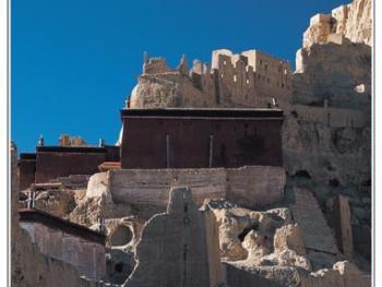整个遗址分上、中、下三层,依次为王宫、寺庙和民居。山腰中部的几座寺庙分别为度母殿、红殿、白殿与轮回殿。
