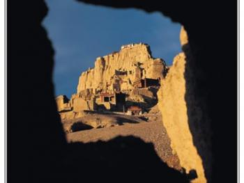 从山下的屯兵洞口仰望高高在上的古格王宫遗址。