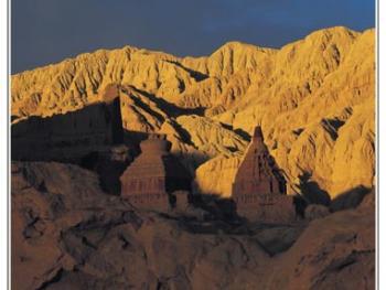"""古格王国四周""""土林""""环绕,藏族先民们就是利用土林这一自然资源,掘洞而居,才建立起雄伟的古格王国。"""