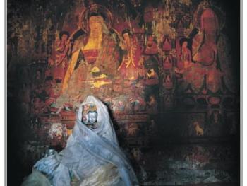 古格遗址的白殿内被哈达覆盖的度母泥塑像及满壁烟霞般的壁画。