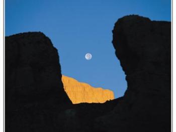 透过望台看到新月初升。