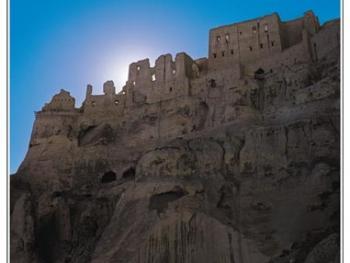 遗址的西面是悬崖,墙上有垛口等防御设施,与建筑群内部四通八达的地道相连。山腰布满屯兵洞。