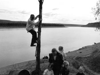 Kochumdek村庄附近的老信徒和孩子们。