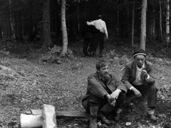 比尔尼村小型私人节日上的猎人们。
