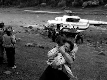 年轻人在比尔尼村附近等待着直升机。