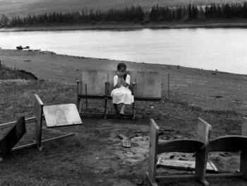 坐在破椅子上的女孩。