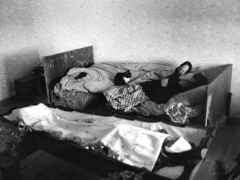 死去的妇人和亲属的房间里。