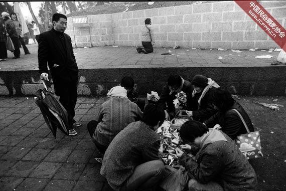 """摄影 陵前 有人/在太昊陵前祭祖的有人折着""""金元宝"""",也有人在陵前长跪祈祷"""