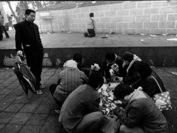 """在太昊陵前祭祖的有人折着""""金元宝"""",也有人在陵前长跪祈祷"""
