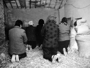 远道而来的香客住在太昊陵附近农家的临时旅店里,每日饭前也必设案叩拜