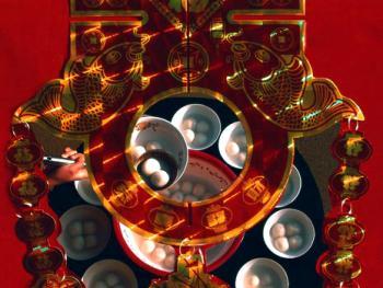 10.初一十五一天过。1999年,陕西省西乡县。陕南地区,在大年初一这天盛行吃元宵。因元宵象征团圆、美满、甜蜜,所以初一这天吃元宵意寓全家团聚、幸福安康。大米面做的元宵包上各种馅,是逢年过节招待亲朋的佳品。陕南雨水充沛,气候适宜,盛产大米,人们四季以食大米为主,而初一这天不能吃大米,据传吃大米来所收成不好,且家里会招苍蝇;也不能喝米汤,否则出门会遇大难。