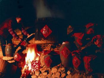 11.腊月酿酒喝一年。1998年,陕西省西乡县。每到秋天玉米收获的季节,是陕南人兴奋的季节。因为玉米是做酒的上好原料,用它做的酒甘而不洌,甜而不腻,喝之爽口,饮之不醉,有壮筋骨,不上头之誉。所以,陕西家家户户酿制包谷酒,其历史久则五六百年,短也二三百年。一年中饮之不竭,招待亲朋用之显贵,劳作之余饮而解乏;人被蚊蛇叮咬后,用之涂抹,患处可痊愈。可见,陕南人对包谷酒情有独钟,绝非枉言。陕南人的熏肉举世闻名,而包谷酒更是世人皆知。大口吃肉,大碗喝酒是陕南人的一大习俗。