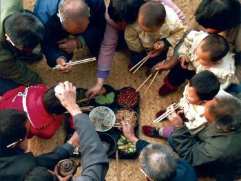 """12.喜庆宴席由此来。2001年,陕西省商洛市。在远古的时候,人们吃饭时盘腿坐在用芦苇编织的席子上,称为""""坐席"""",特别时在喜庆节日时邀来亲朋好友,坐享盘中美味,并唱歌取乐,猜拳行令,吟诗作画,称之为""""宴席""""。现代的宴席从形式、内容虽有很大变化,但人们还把赴宴成为""""坐席""""。在陕南的商州农村,由于经济条件的限制,至今还能看到""""坐席""""的现象。"""